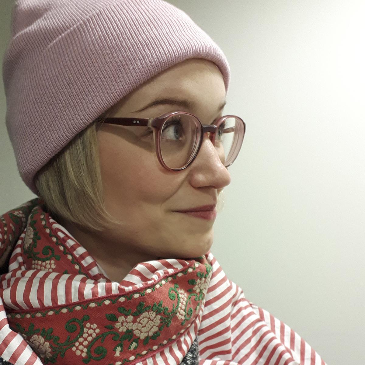 Portrait Denise mit rosa Beanie und Lieblingsschal